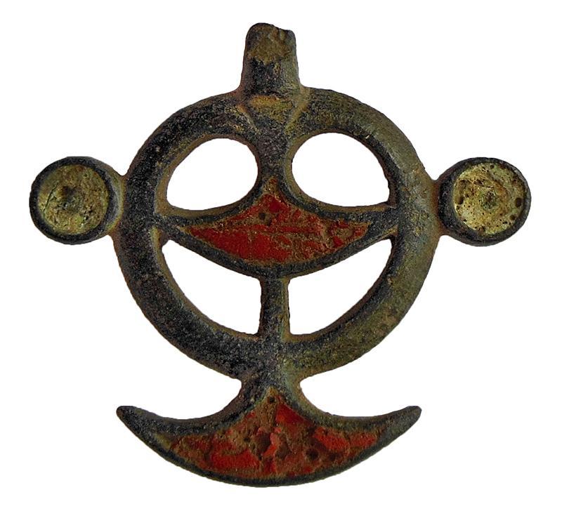 Подвеска с выемчатыми эмалями. 2-я четверть I тыс. н.э. Бронза, эмаль; литье, эмаль выемчатая